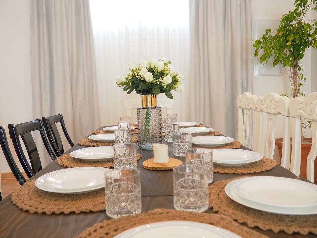 casa villamena comedor con mesa puesta